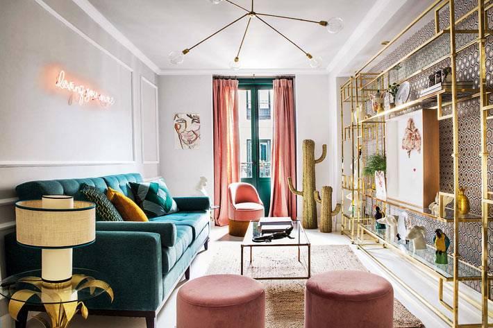 разноцветная мягкая мебель - диван и кресла - в современной гостиной