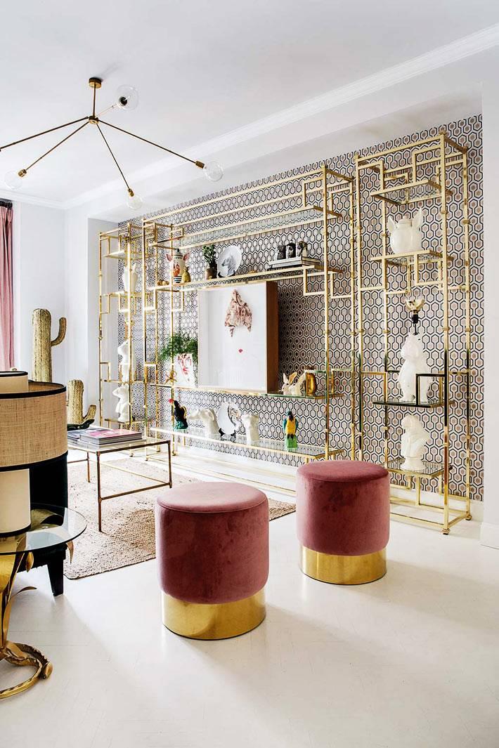 лёгкие открытые стеллажи золотистого цвета под стеной в гостиной