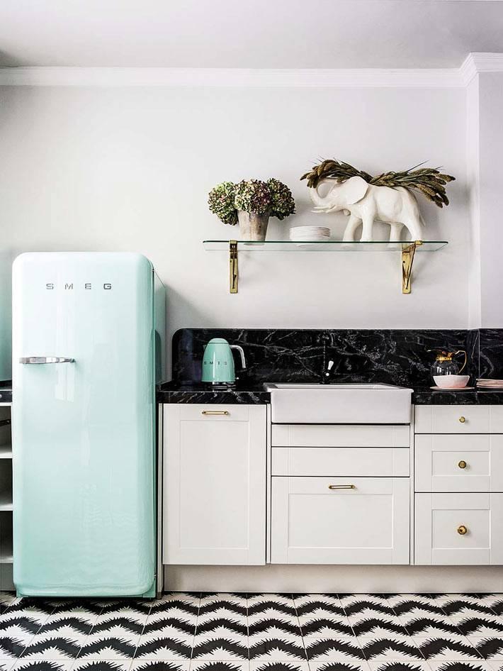 скромная белая кухня с ретро-холодильником фото