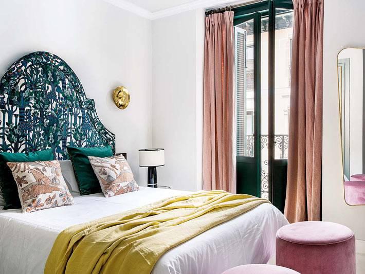 зелёная кровать и розовые шторы в интерьере спальни фото