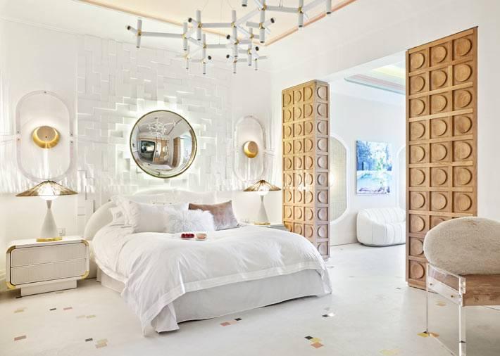белое пространство спальни с деревянными перегородками фото