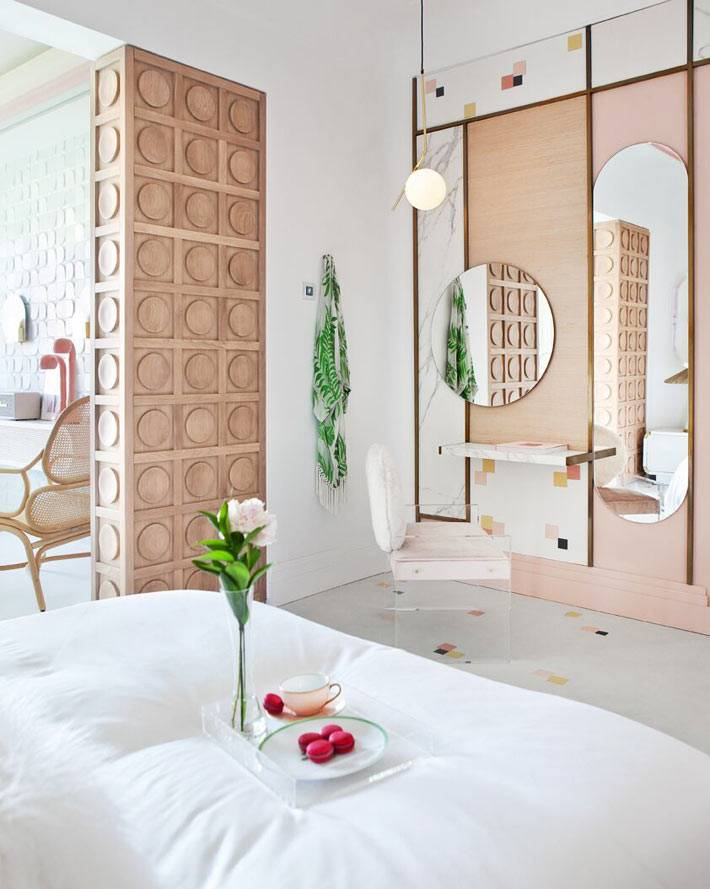 деревянная отделка стены в зоне с зеркалом и туалетным столиком