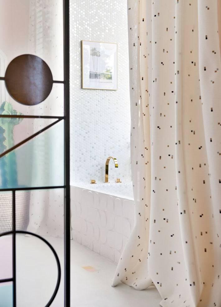 нежно-белая ванна с плиткой-мозаикой и белой шторкой для душа