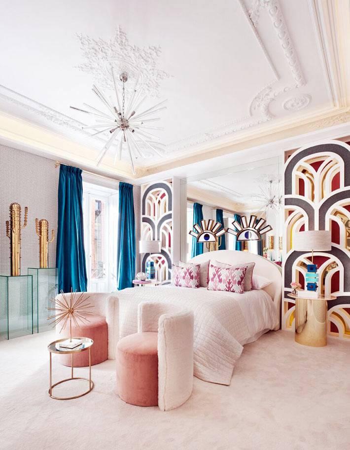 яркие декоративные узоры на стене возле кровати в спальне
