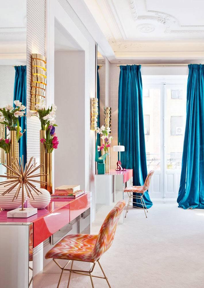 золотистый цвет и синие шторы в красивой спальне