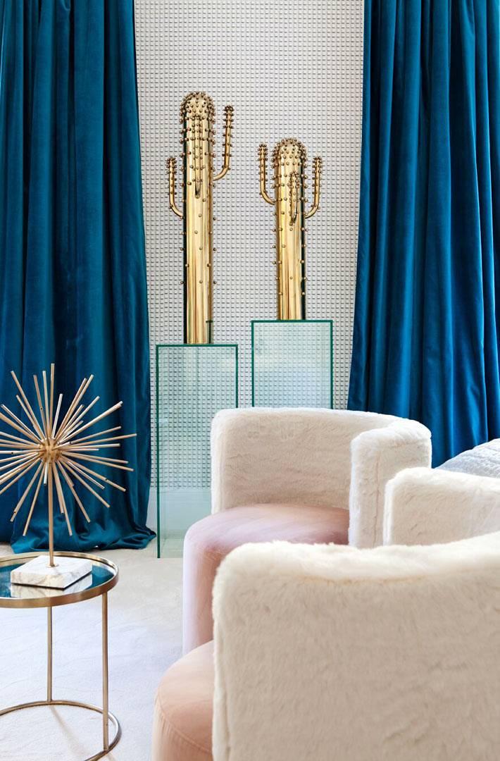 золотистые кактусы как украшение комнаты, розовые пушистые кресла