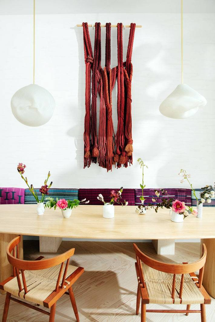 красное панно из макраме - украшение стены возле обеденной зоны
