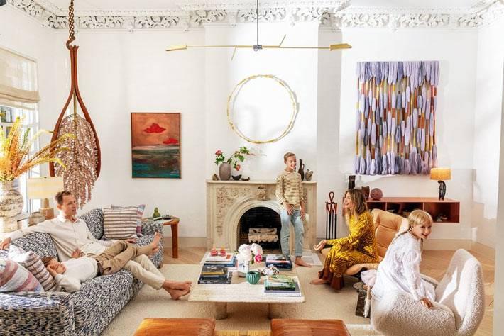 элементы стиля бохо в декоре гостиной для большой семьи