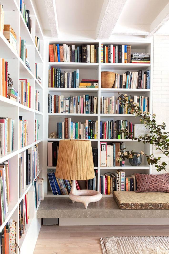угловые стеллажи для хранения книг в доме, домашняя библиотека