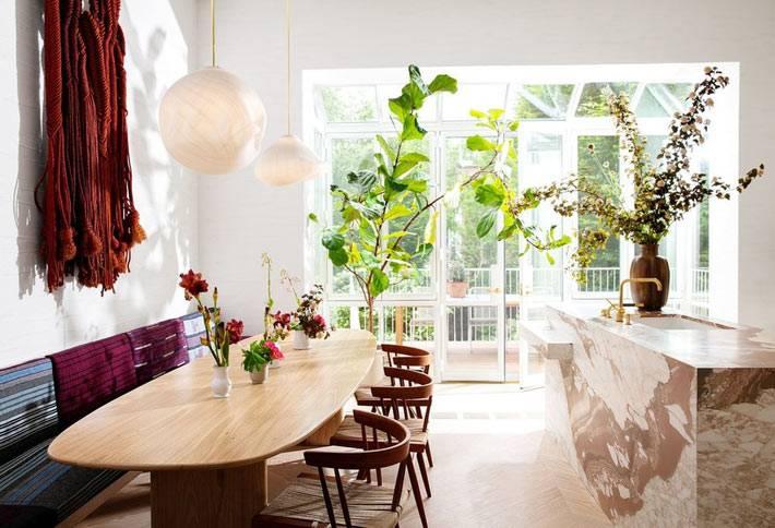 кухня разделена на рабочую и обеденную зоны фото