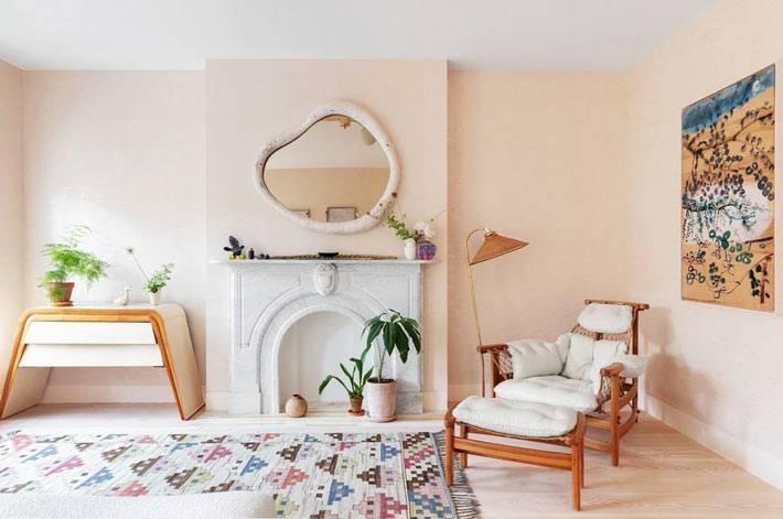 фальш камин, кривое зеркало и уютное кресло в спальне