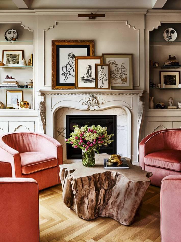 камин с резным декором, деревянный пень как стол, розовые кресла