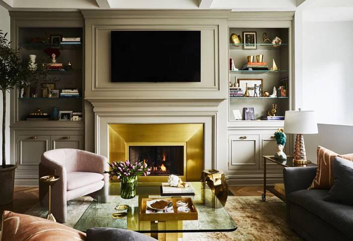телевизор встроенный в шкаф, камин с золотым порталом