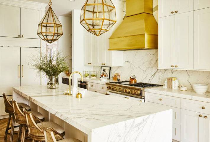 мраморный стол и кухонный фартук, медная вытяжка и люстра