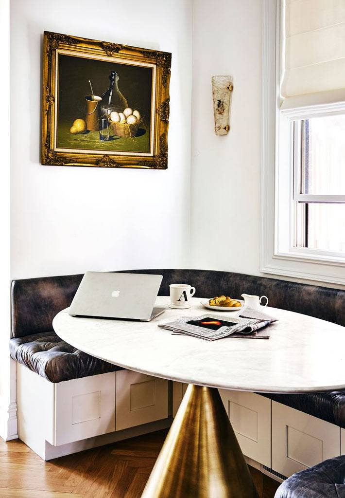 уголок для завтраков - овальный стол на золотой ножке возле окна