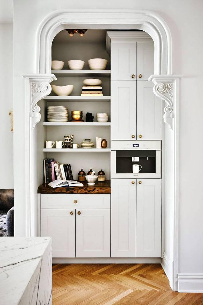 буфет для кофе и закусок, полукруглая арка, открытые полки с посудой