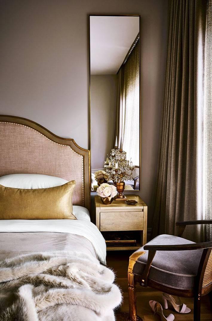 изысканная вычурная спальня с зеркалом на прикроватной тумбе