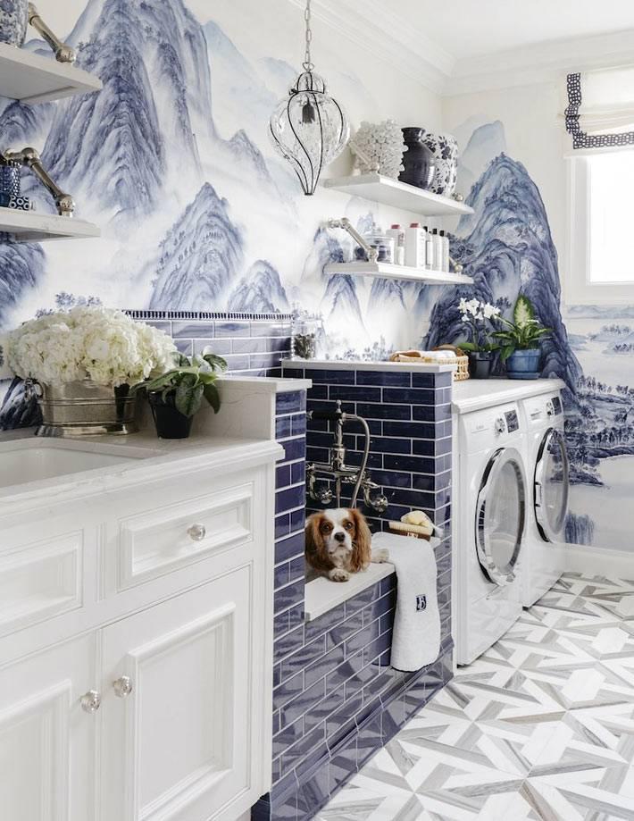 китайская роспись синего цвета на стене в прачечной комнате