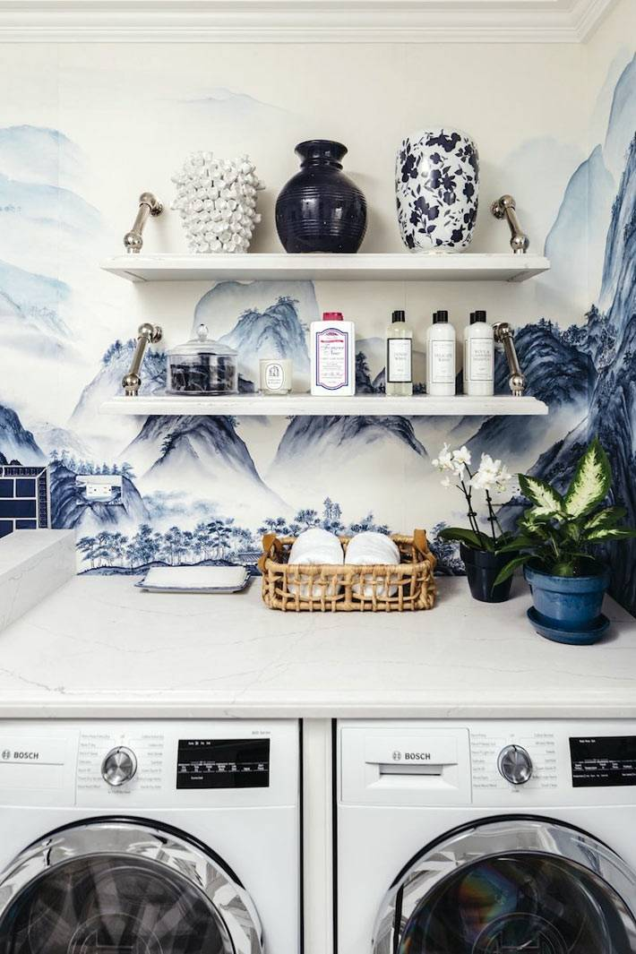 открытые мраморные полки для хранения моющих и красивых ваз