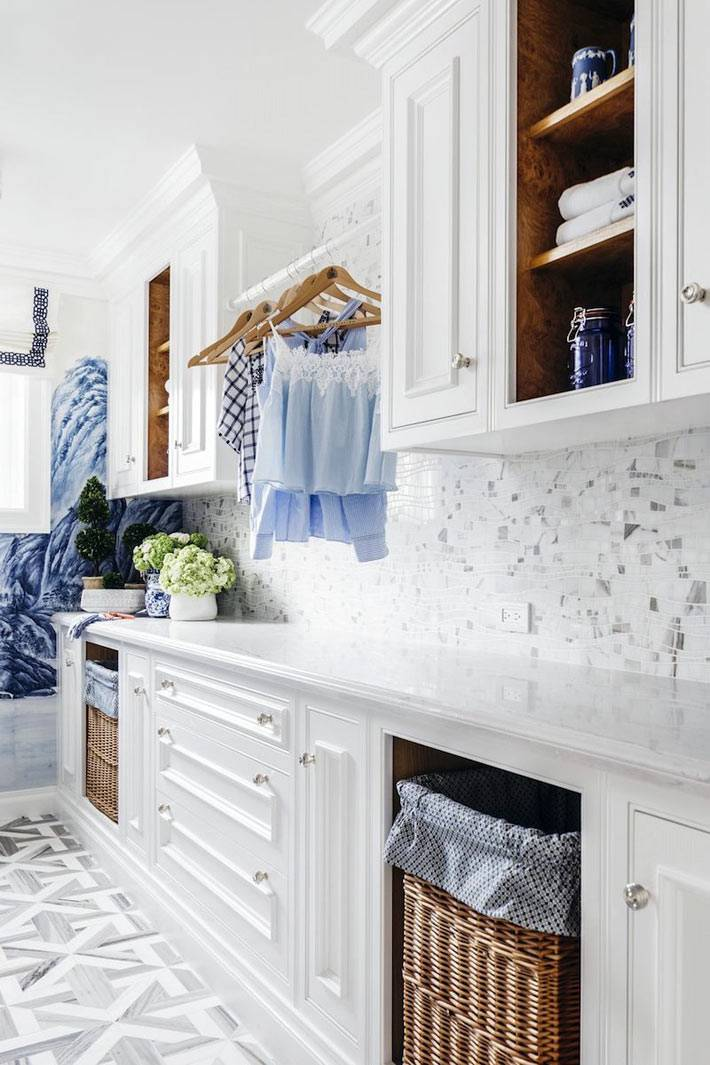 закрытые и открытые шкафы в прачечной, плетёные корзины для белья