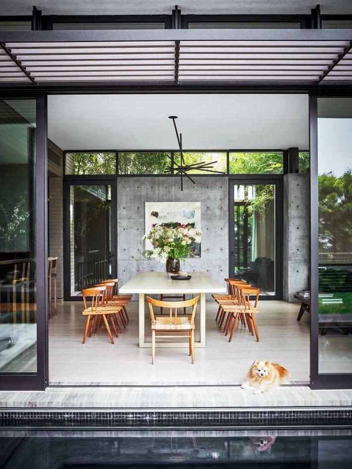 В столовую можно попасть со двора через раздвижные, стекляные двери
