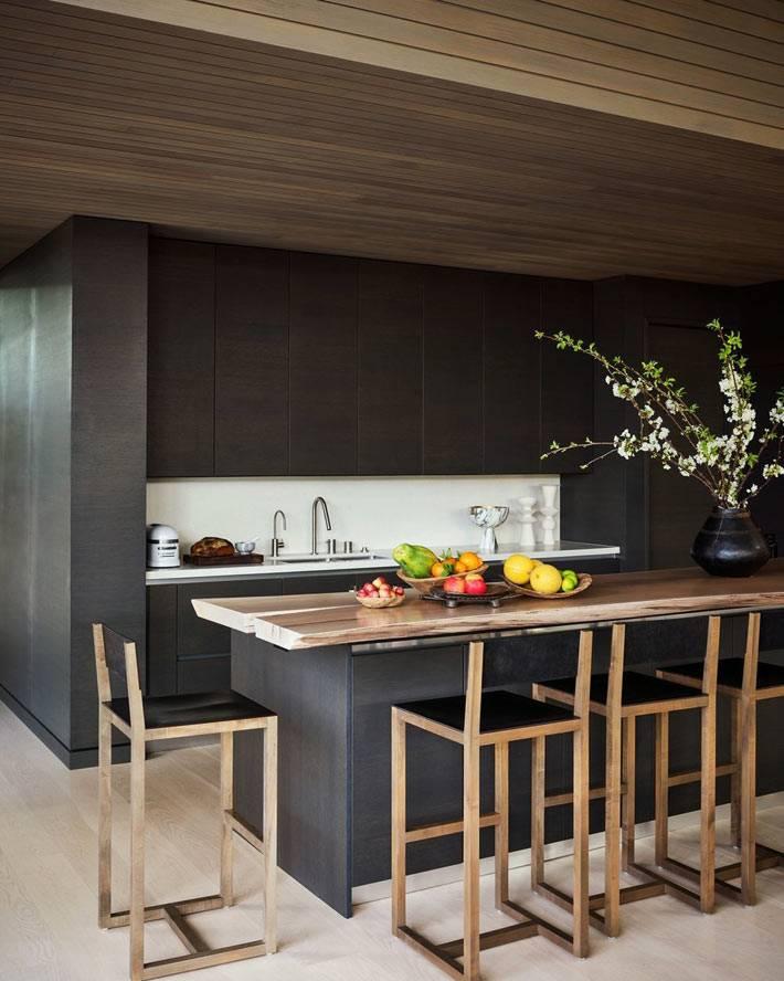 Рабочая поверхность на кухне исполнена из массивного дерева