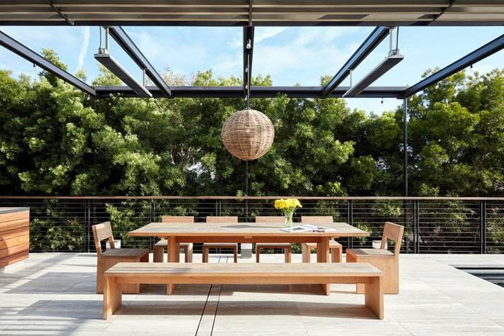 столовая под открытым небом, деревянный стол фото