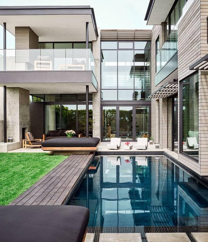 бассейн, газон, большие стеклянные окна