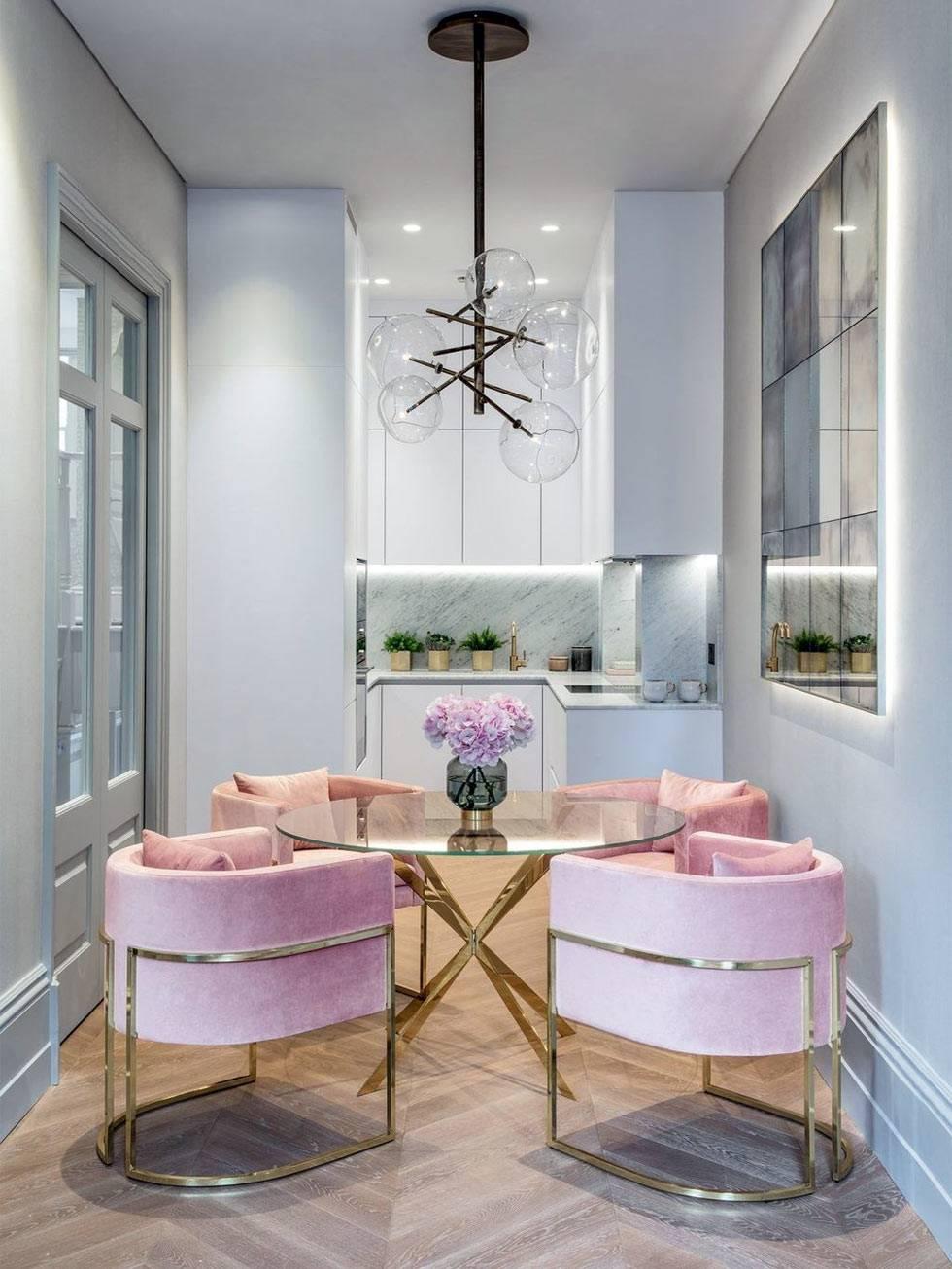 стильные розовые бархатные кресла за круглым обеденным столом в кухне