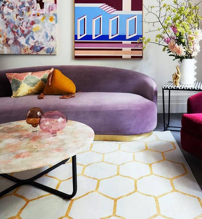 диван необычной формы из бархатной ткани фиолетового цвета