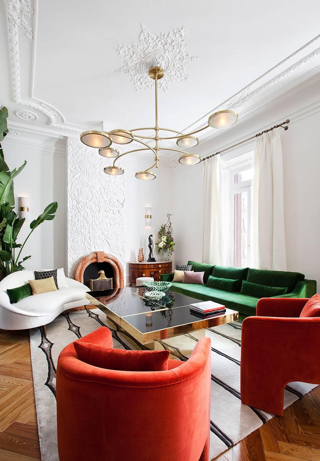 белый, зелёный диван и красные кресла в одной гостиной комнате