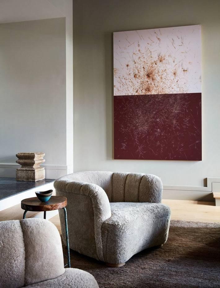 плюшевые кресла, абстрактная красно-белая картина