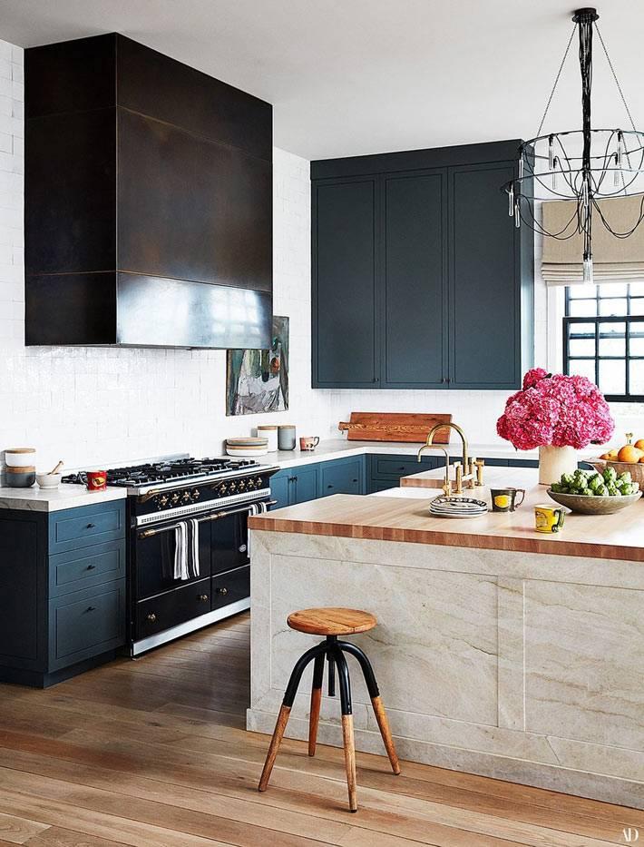 стильная кухня с ними шкафами и мраморным кухонным островом