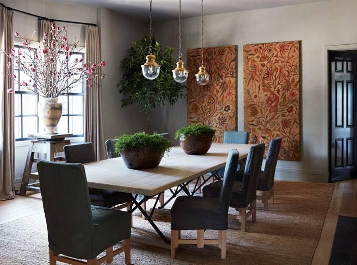 столовая зона с налётом прованса, оранжевые панно на стенах