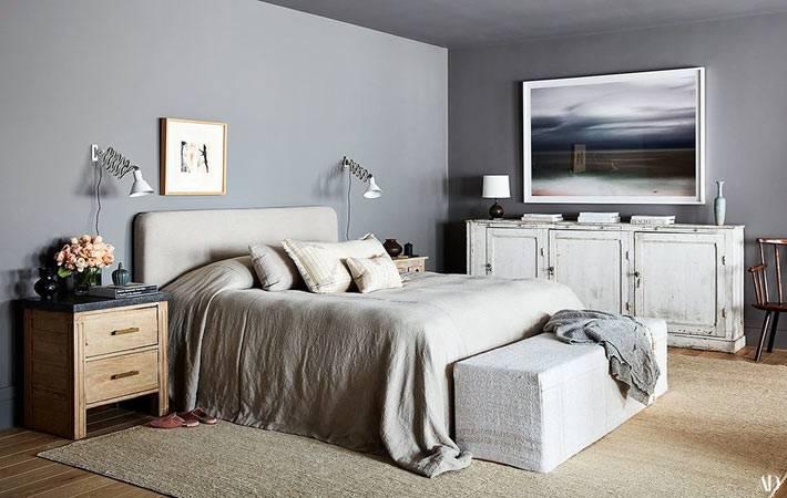 спальня с оттоманкой возле кровати в спальне в стиле прованс