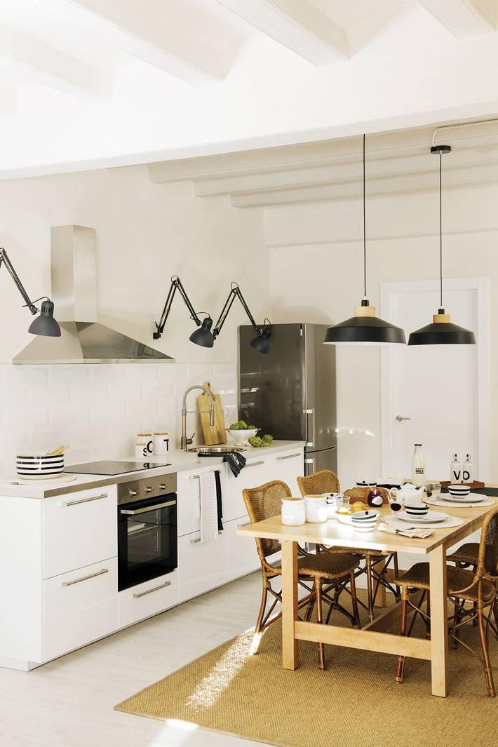 черные подвесные лампы на светлой кухне с белой мебелью