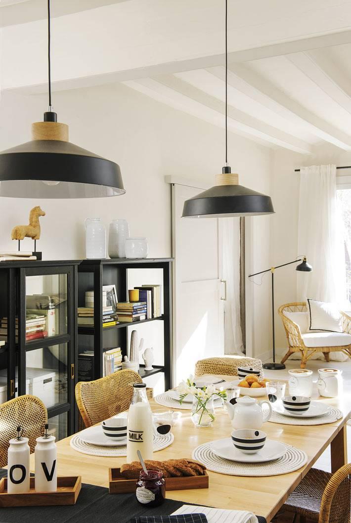 плетеные стулья из ротанга, черный сервант для посуды на кухне