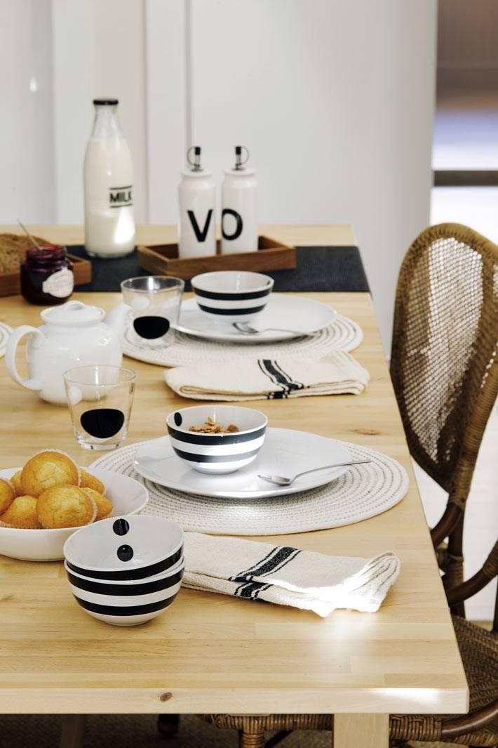 белая посуда с черным рисунком на деревянном светлом столе