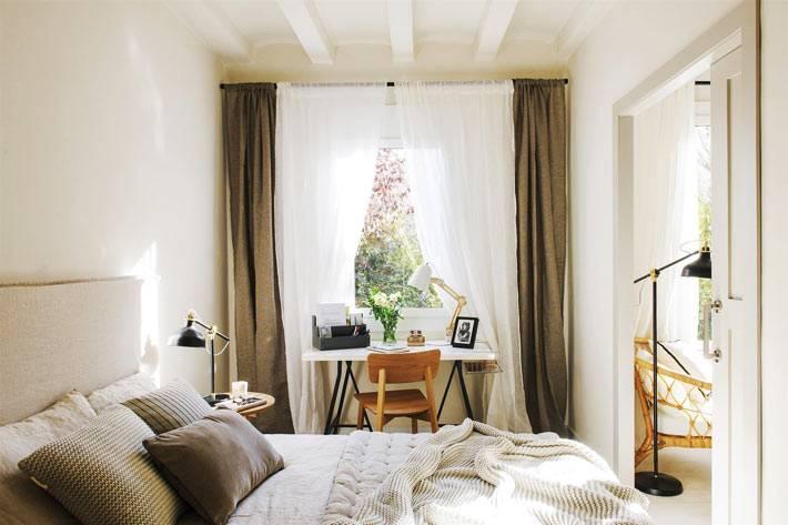 рабочий стол под окном в спальне, коричневые шторы, большая кровать