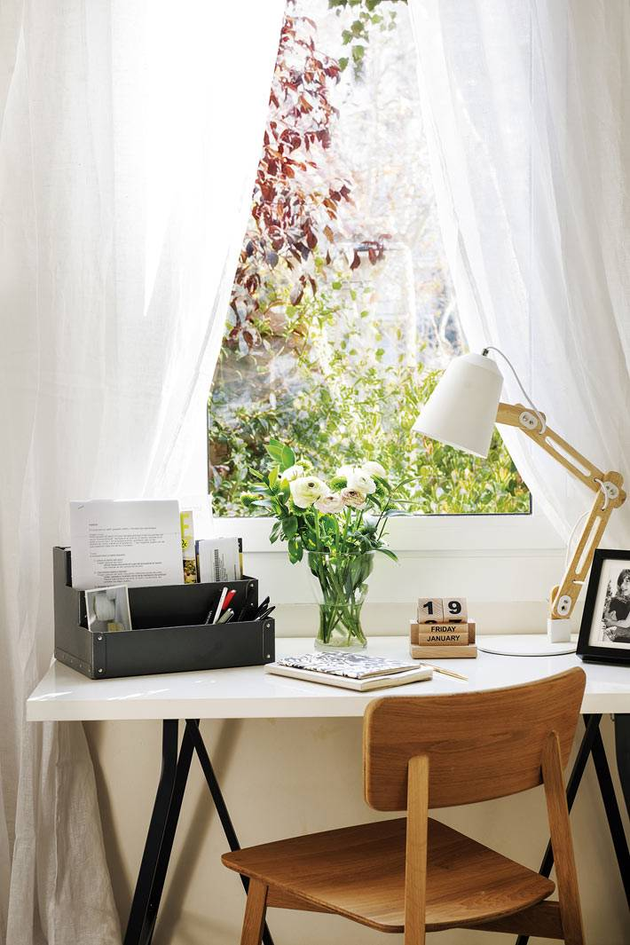 белый письменный стол на черных ножках, деревянный стул, белая лампа