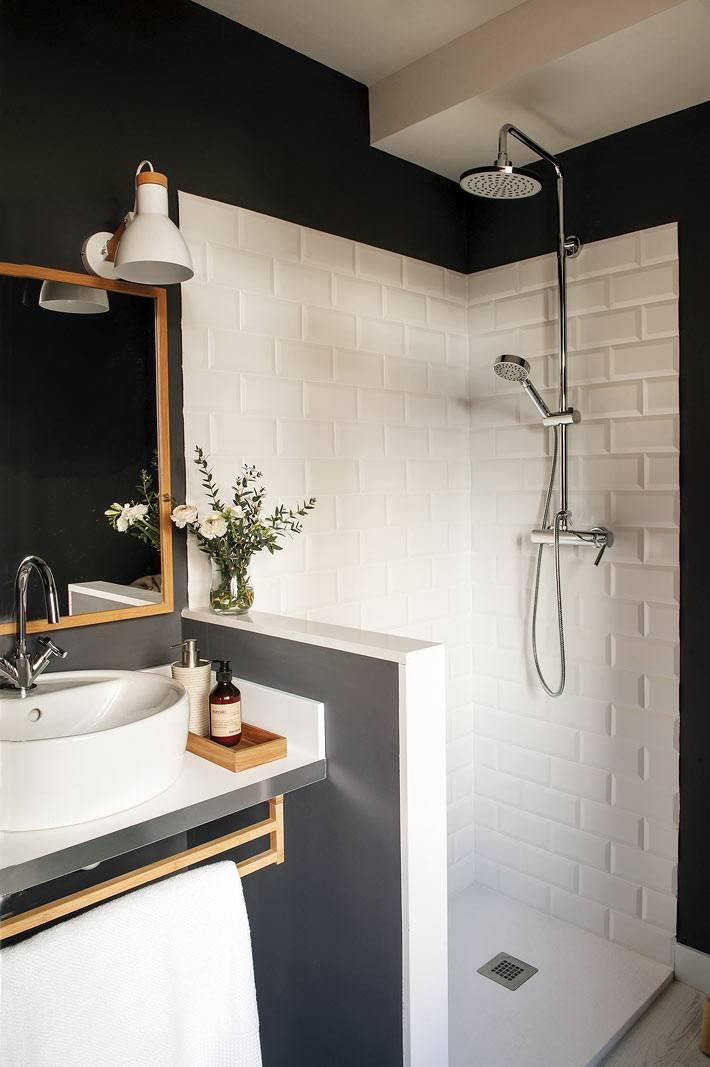 черные стены в ванной, белая плитка в открытой душевой