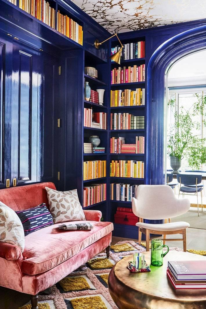 темно-синие деревянные панели в комнате с домашней библиотекой