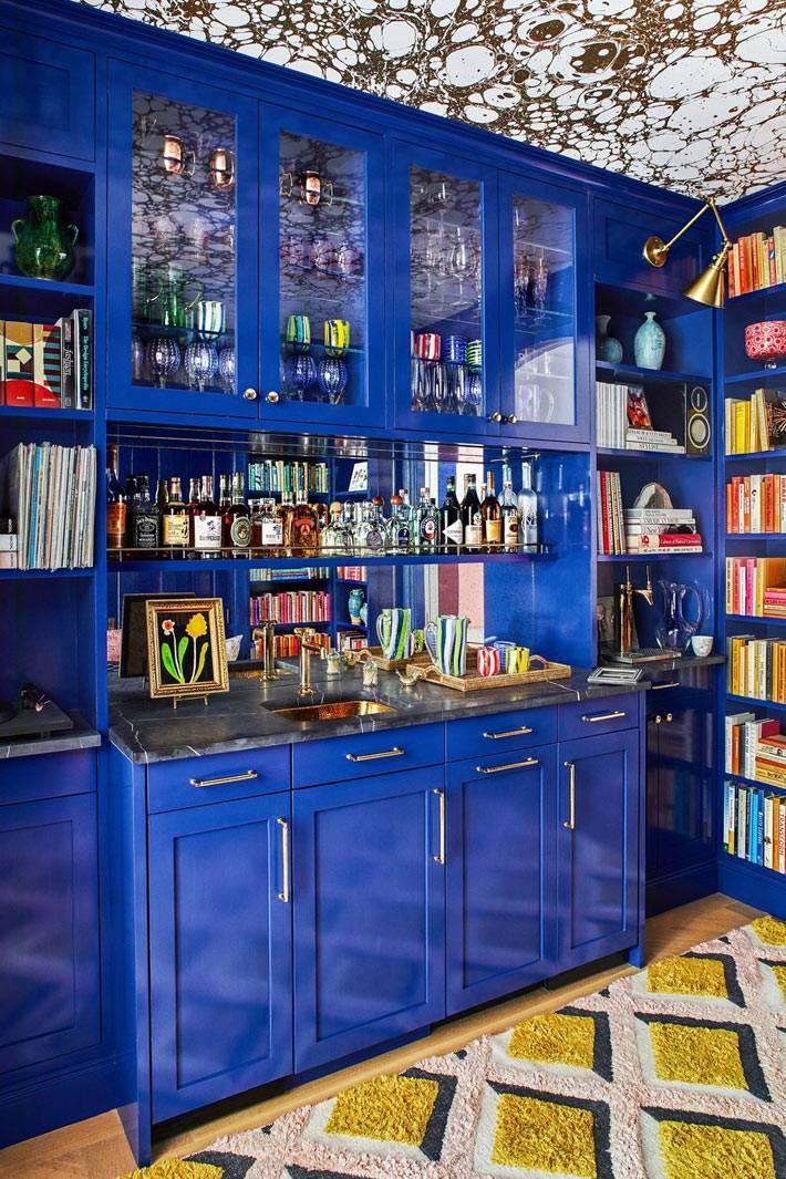 домашний бар и сервант в буфете темно-синего цвета