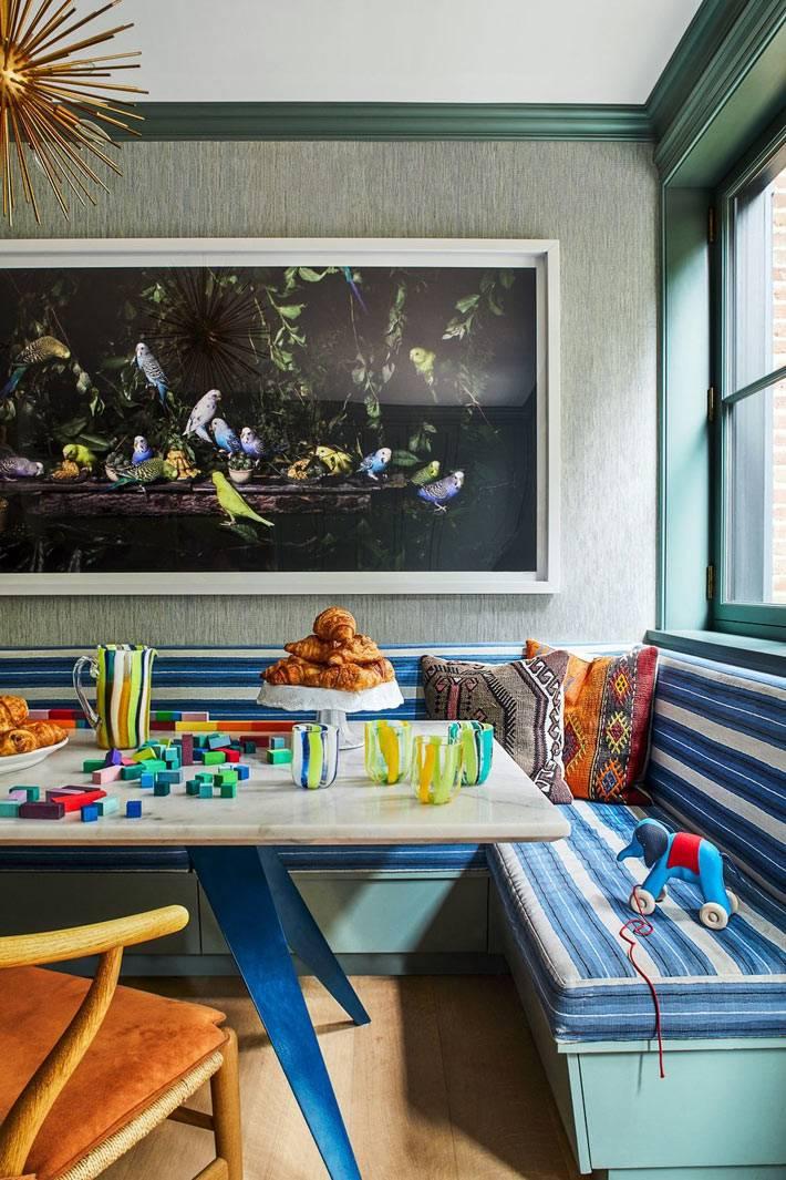 обеденный уголок с мраморным столом и мягкими лавками
