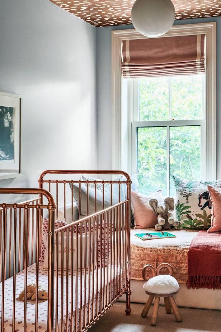 коричневый потолок в белую крапинку в детской комнате для младенца