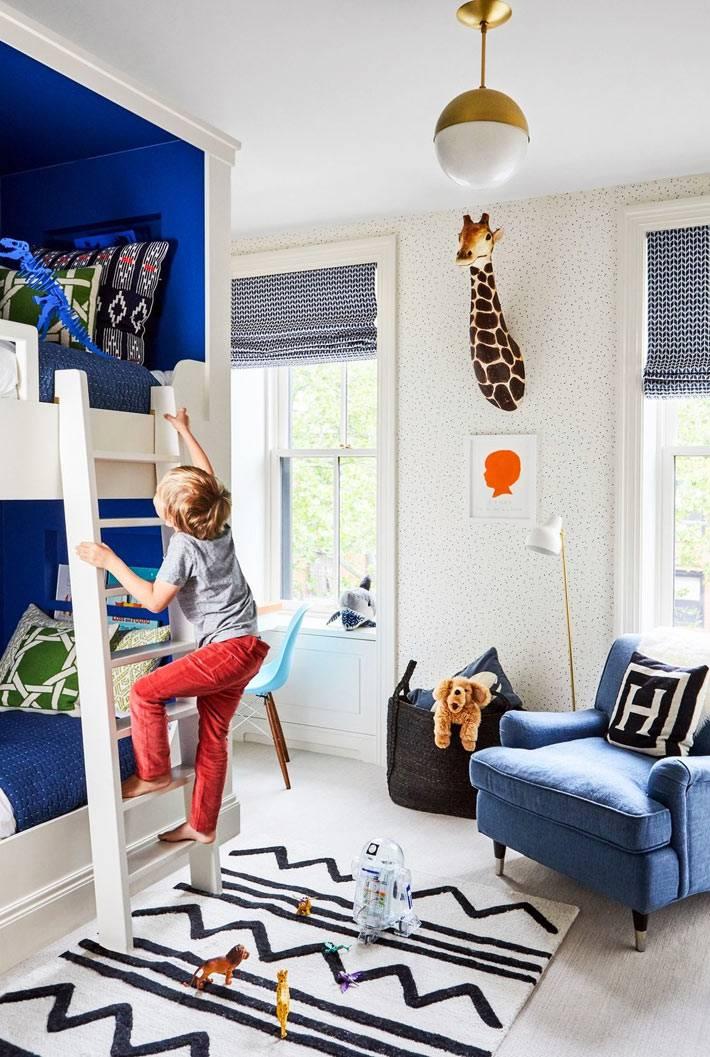 комната для мальчика с двухярусной кроватью в синем цвете