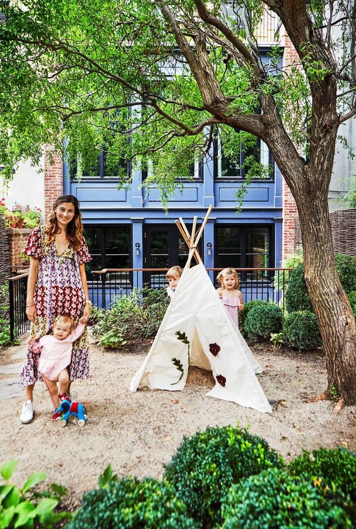 маленький задний двор в таунхаусе для большой семьи