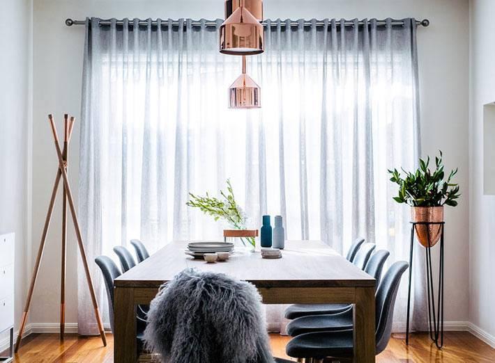 обеденный зал с окном с серой тюлью фото
