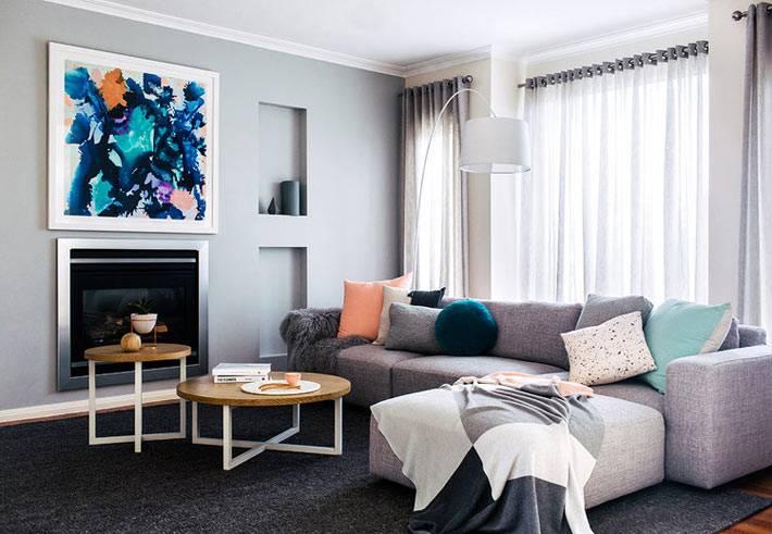 серые стены в комнате, угловой диван, белый арочный торшер