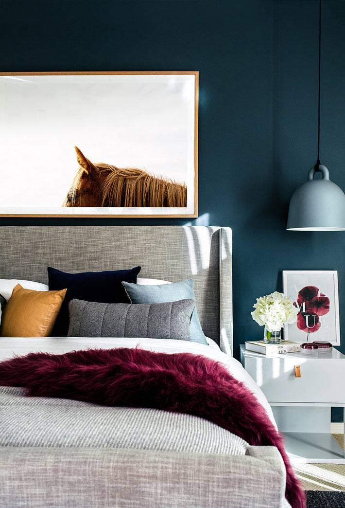 фотография лошади над кроватью на синей стене в спальне